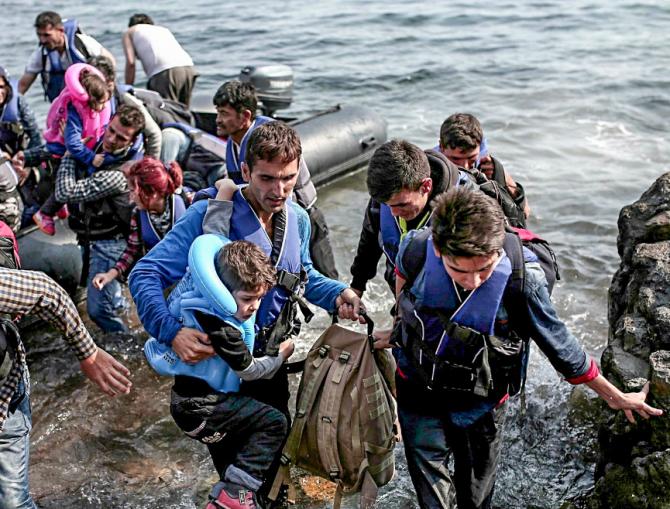 그리스 해변에 도착해 육지로 올라오고 있는 시리아 난민들. - Angelos Tzortzinis 제공